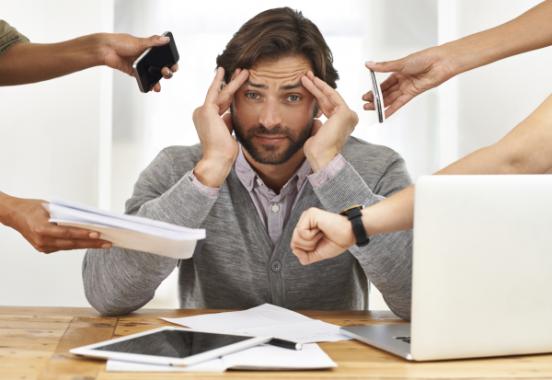 Man heeft het druk op werk want zijn collega is op vakantie