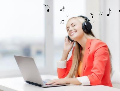 Vrouw kan beter werken met muziek nu haar collega op vakantie is