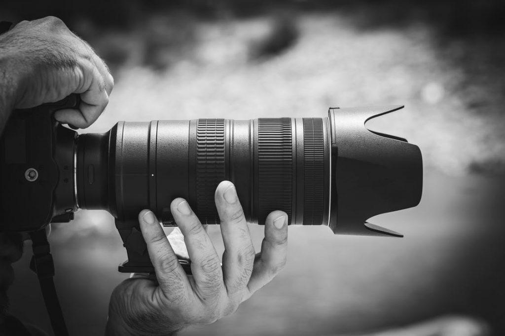 Cameraman in actie met een CFexpress kaart